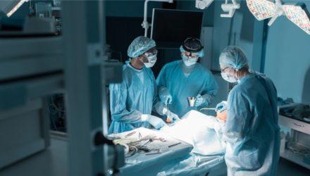 Кардиохирург вымогал у пациентов деньги за успешные операции